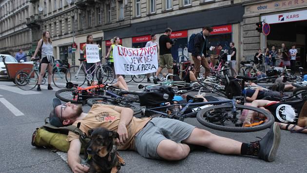 Členové Brněnské Cykloguerilly zatarasili provoz na křižovatce ulic Koliště a Cejlu. Po deseti minutách místo opustili.