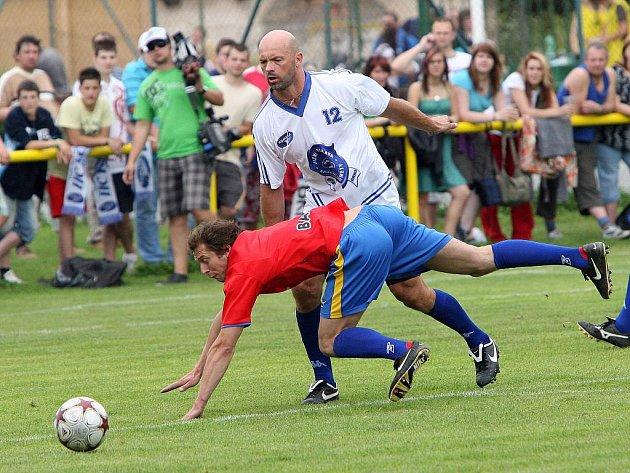 Hokejisté brněnské Komety remizovali v přátelském utkání se žebětínskými fotbalisty 3:3.