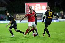 Jakub Řežníček (v červeném) v utkání s Varnsdorfem, které skončilo 2:2.