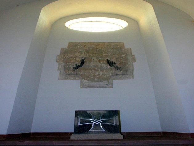 V kapli na Špilberku se dochoval sold s hákovým křížem.