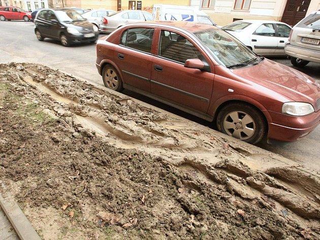 Rozbahněné chodníky a rozježděná tráva v brněnské ulici Jiráskova.