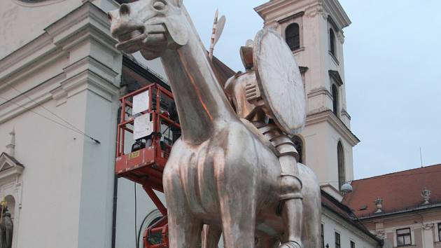 V Brně dokončili instalaci sochy Jošta, v ponděli dostane kopí.