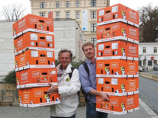 Recesisté přinesli jedenáct krabic od banánů pro Romana Onderku.