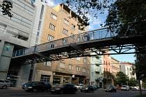 Lávka nad Kolištěm je dílem světoznámé architekty Evy Jiřičné