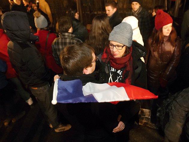 Reakce na neštěstí v Paříži: Pietní setkání před francouzskou aliancí v Brně na Moravském náměstí.