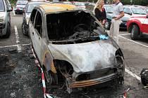 Na sídlišti ve Starém Lískovci shořelo osm aut.