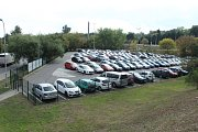 Týden po spuštění rezidentního parkování je parkoviště u Ústředního hřbitova téměř plné. Obsazené jsou i další parkoviště a parkovací domy.