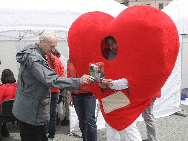 Kromě možnosti bezplatné kontroly činnosti srdce se v pondělí zájemci na brněnském náměstí Svobody naučili i praktické věci do života.