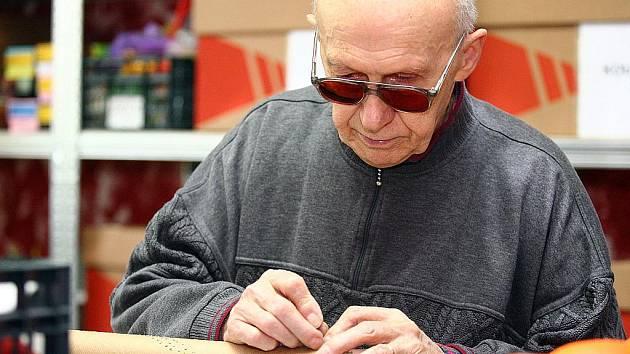 Nevidomí v dílně Tyflocentra vytvářeli krásné výrobky.