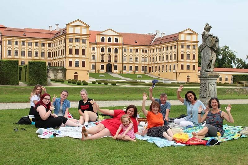 Akce Česko jde spolu na piknik vyzvala lidi z různých míst naší země, aby pořádali ve stejný čas piknik. Na snímku Dobrovolnické centru,m střed a loňské piknikové setkání na Třebíčsku.