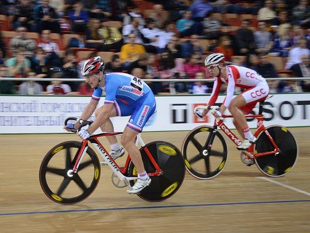 Český reprezentant Milan Kadlec na mistrovství světa v dráhové cyklistice (v modrém).