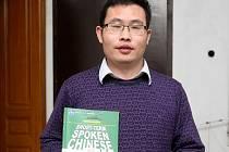 Li Chunbo se ale musel obejít bez lampionových průvodů, barevně vyzdobených dveří a oken i jeho nejoblíbenějších matčiných plněných knedlíčků, bez kterých si v Číně oslavy neuměl představit.