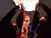 Speciální sekačky vyjely na brněnský stadion Za Lužánkami, kde kosily vzrostlý plevel. Za volant jedné z nich si sedl i bývalý fotbalista Petr Švancara, který zvelebuje stadion pro svou červnovou rozlučku s profesionální kariérou.