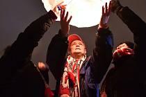 Předčasné Vánoce oslavovali v pátek na brněnském fotbalovém stadionu za Lužánkami. Asi stovka fanoušků, z nichž valná většina pomáhala při obnovování hřiště, se sešla popřát si krásné svátky, zazpívat si koledy a večer společně vypustit lampiony štěstí.