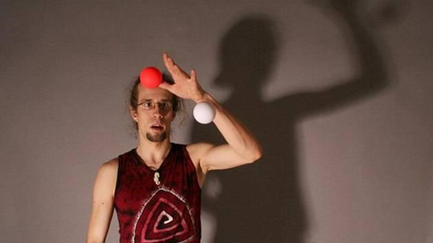 Žonglér Yufi.