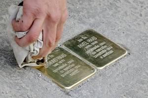 Oběti nacistické genocidy připomínají zlaté kostky. Ve městě je památečních kamenů Stolpersteine uctívajících památku židovských obětí devětasedmdesát. Posledních osmnáct přibylo ve středu.