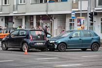 Dopravní nehoda dvou osobních aut v pondělí před jedenáctou hodinou dopoledne částečně zablokovala křižovatku u zastávky náměstí 28. října.