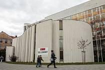 BÍLÝ DŮM. Brněnskou budovu postavili mezi lety 1973 a 1976 architekti Miroslav Spurný a František Jakubec. V domě sídlil městský výbor KSČ a dnes se v něm nachází poliklinika. Radní ho plánují prodat za pět let za pětašedesát milionů korun.