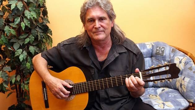 Zpěvák, skladatel a textař Bob Frídl.