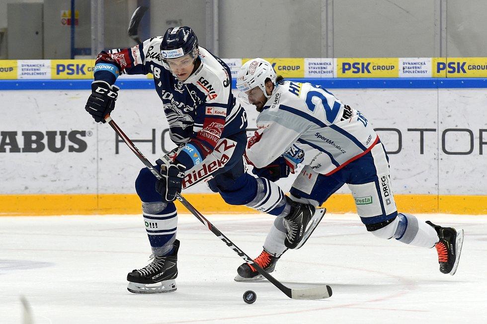 Domácí HC Kometa Brno (Martin Zaťovič) v bílém proti HC Vítkovice Ridera (Lukáš Kovář)