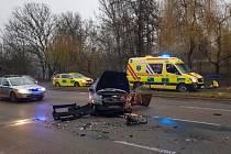 Důchodkyně v pondělí ráno přejela v Kníničské ulici v brněnském Komíně do protisměru, kde se srazila s jiným osobním vozem.