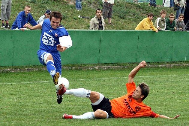 Fotbalisté Líšně (nahoře Přemysl Polák) si v poháru poradili se Znojmem.