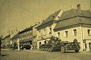 Sovětské tanky mířily na náměstí v Mikulově. Pozorovala je korzující žena s dítětem v kočárku i lidé z oken.