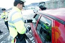 Policisté kontrolovali v Čebíně zimní gumy.