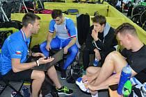 Z mistrovství světa v dráhové cyklistice v Hongkongu přináší exkluzivní zpravodajství sportovní redaktor Deníku Rovnost Jaroslav Kára (vlevo).
