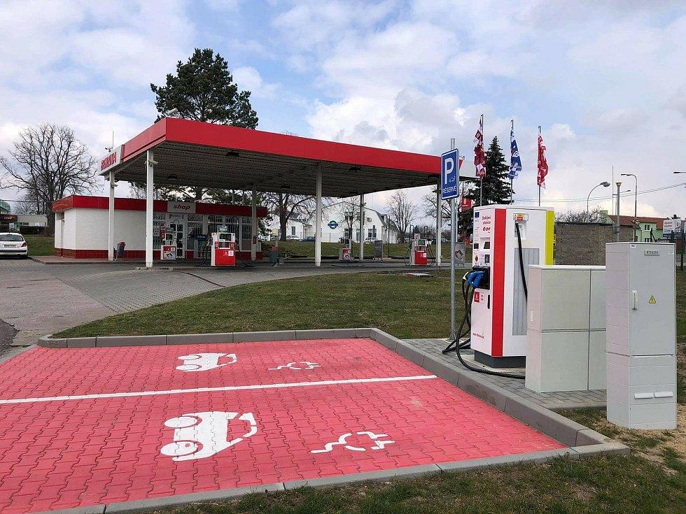Rychlonabíjecí stanice pro elektromobily ve Vyškově.