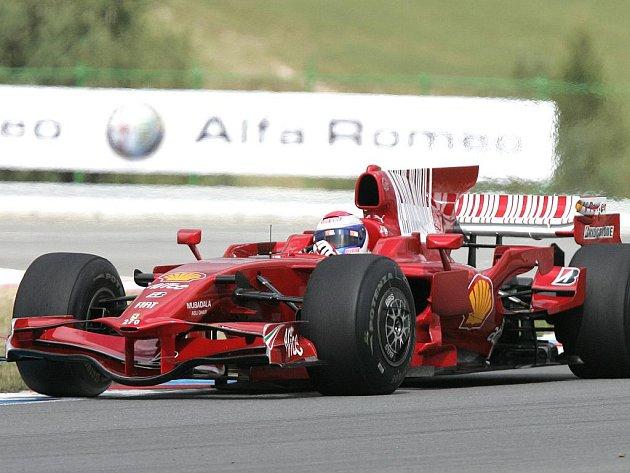 Jedním z vrcholů sezony byla předvádějící jízda formule1 řízené španělským testovacím jezdcem Ferrari Marcem Geném.