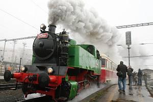 Na mikulášskou jízdu z brněnského Hlavního nádraží do Telnice se vydal speciální vlak. Táhla jej nově opravená parní lokomotiva BS200.