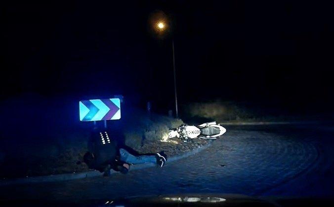 Motorkář boural u kruhového objezdu mezi Podolím a Bedřichovicemi.
