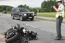 Jedno zranění si vyžádala páteční srážka Fiatu Punto a motorky Suzuki na silnici mezi Kuřimí a Českou na Brněnsku. Nehoda se stala ve čtyři hodiny odpoledne.