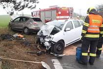 Na silnici u Ivančic na Brněnsku se čelně srazila dvě osobní auta. Pro zraněného přiletěl vrtulník záchranářů.