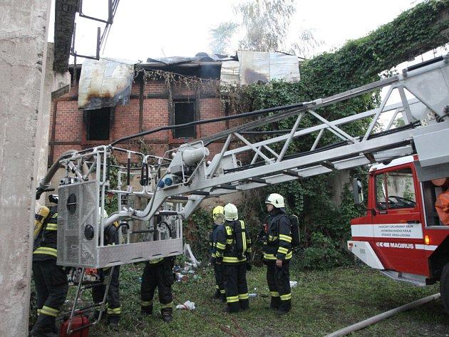 Čtyři jednotky brněnských hasičů zasahovaly u požáru jednoho z přízemních domů ve dvoře v brněnské ulici Nové Sady.