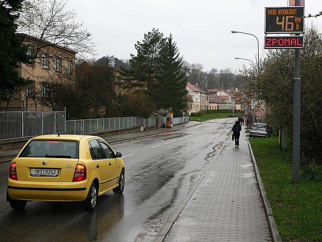 Ani dopravní značky a na překročení rychlosti upozorňující světelný radar nedonutí některé řidiče ubrat plyn.