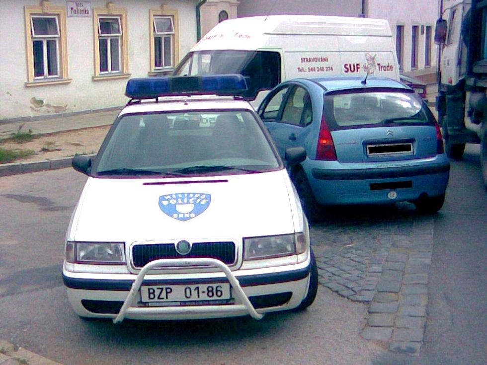 AROGANCE V UNIFORMĚ. Řidič stihl auto strážníků zaparkované v křižovatce vyfotit.