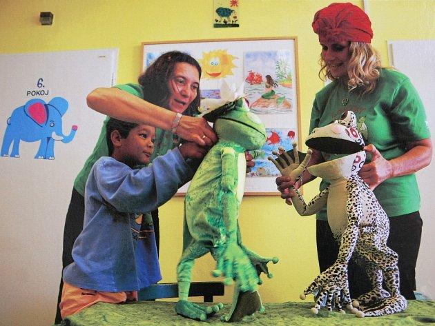 Pomáhají dětem překonat pobyt nemocnici a dokáží vyčarovat úsměv na jejich tvářích. Lidé s plyšovými zvířaty na hlavě a maňásky v rukou se zastavili v brněnské Dětské nemocnici, aby tam rozveselili nemocné děti.