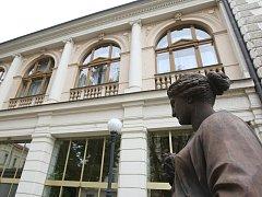 Besední dům je dílo architekta von Hansena. Inspiroval se i klasicistní strukturou londýnských klubů.