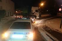 Kamion ve čtvrtek uvízl v brněnské Třískalově ulici. Někteří majitelé zaparkovaných aut je museli přeparkovat, aby nákladní auto mohlo popojet, a uvolnilo tak zablokovanou cestu.