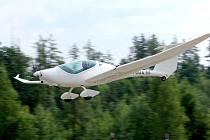 Přistání letadla na brněnském Masarykově okruhu.