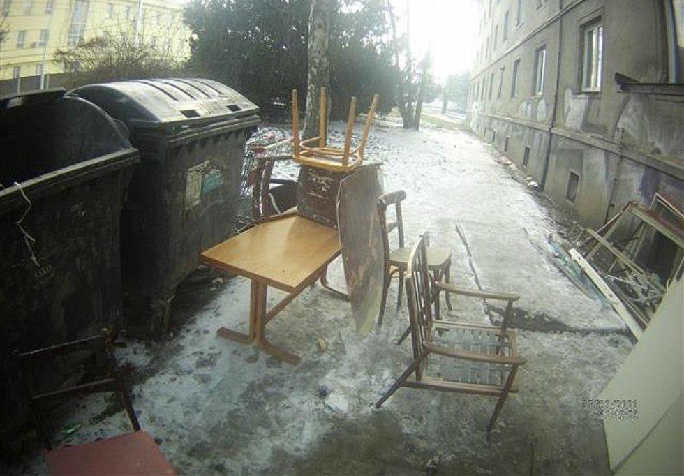 Muž vyskládal přebytečný nábytek v Židenicích na chodník.