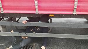 Cizinec se ukrýval na návěsu kamionu