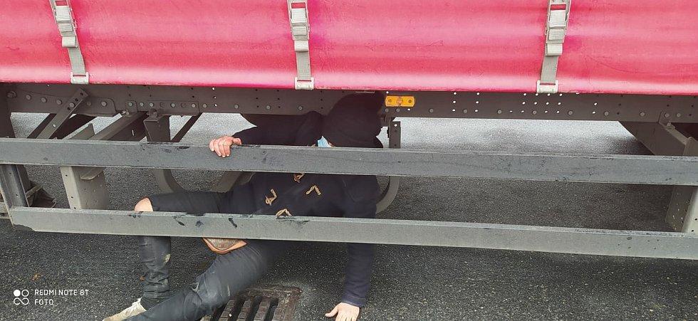 Cizinec se ukrýval na návěsu kamionu v místě určeném pro rezervní kolo.