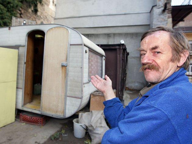 Josef Plšek, se kterým jeho vnuk přespává v karavanu na dvoře.