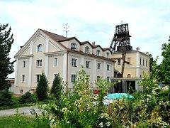 Ocelová těžní věž dolu Simson z počátku 20. století nad jámovou budovou ve Zbýšově. V roce 1987 byla důlní věž prohlášena za technickou památku. Těžba černého uhlí skončila na území někdejšího Rosicko-oslavanského revíru na Brněnsku v roce 1992.