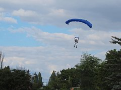 Na Kraví hoře přistál kosmonaut. Z letadla se spustil padákem.