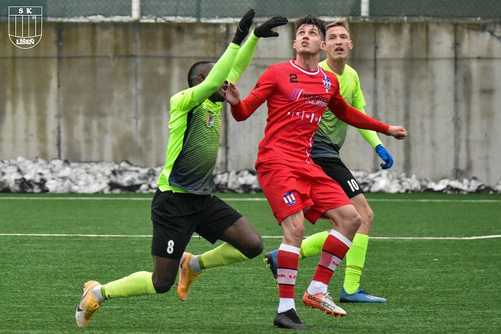 Líšeňští fotbalisté (v červeném Jan Silný) porazili v přípravném utkání Prostějov 2:1.