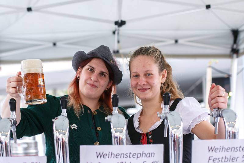 Pivní festival Oktoberfest na Zelném trhu potrvá celý víkend. Návštěvníci se mohou těšit na piva čepovaná do tupláků po vzoru mnichovské pivní slavnosti.
